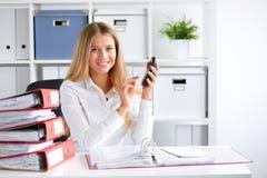 De bedrijfsvrouw berekent belasting Royalty-vrije Stock Afbeeldingen