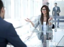 De bedrijfsvrouw bespreekt met de cliënt de termijnen van het contract royalty-vrije stock fotografie