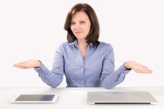 De bedrijfsvrouw biedt aan om een keus te maken Stock Afbeeldingen