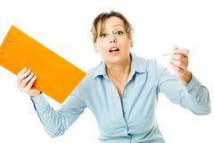 De bedrijfsvrouw in blauw overhemd houdt de oranje nota's zich emotioneel - schreeuwende rusteloze werkgever gedragen royalty-vrije stock foto's