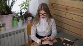 De bedrijfsvrouw controleert hoeveel kilometers zij in een dag op slimme horloges overging stock video