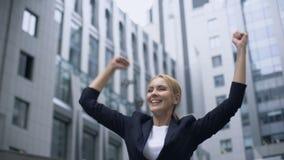 De bedrijfsvrouw die ja gebaar tonen, verheugt zich bij bevordering en succesvolle carrière stock videobeelden