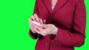 De bedrijfsvrouw gebruikt een de chromasleutel van de celtelefoon stock video