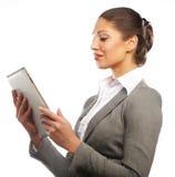 De bedrijfsvrouw gebruikt een mobiele tabletcomputer Stock Fotografie