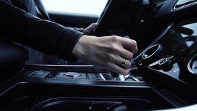 De bedrijfsvrouw gebruikt transmissie voorraad Vrouwelijke hand op de automatische hefboom van de transmissieauto stock video
