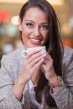 De bedrijfsvrouw geniet van haar koffie op onderbreking Stock Afbeeldingen