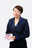 De bedrijfsvrouw houdt bankbiljetten Stock Foto's