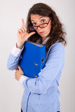 De bedrijfsvrouw houdt een dossier in haar handen Stock Foto
