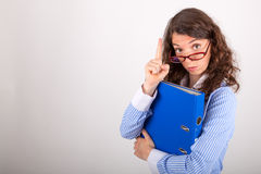 De bedrijfsvrouw houdt een dossier in haar handen Royalty-vrije Stock Afbeelding