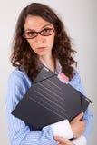 De bedrijfsvrouw houdt een dossier in haar handen Stock Foto's