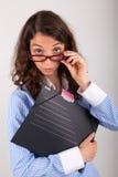 De bedrijfsvrouw houdt een dossier in haar handen Royalty-vrije Stock Afbeeldingen