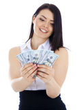 De bedrijfsvrouw kijkt een ventilator van geld in de handen Stock Foto's