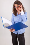 De bedrijfsvrouw leest in een dossier Stock Afbeeldingen