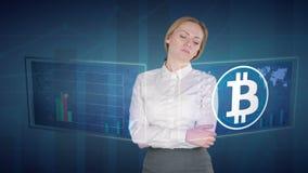 De bedrijfsvrouw maakt een financiële analyse van de aanrakingsschermen Bitcoin stock footage