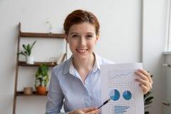 De bedrijfsvrouw maakt financieel verslag door videogesprek gebruikend gegevens verwerken royalty-vrije stock afbeeldingen