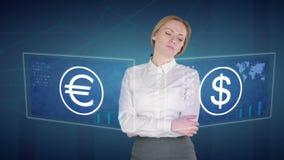 De bedrijfsvrouw maakt financiële analyse van de aanrakingsschermen dollar, euro, Europa stock footage