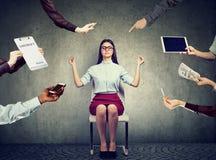 De bedrijfsvrouw mediteert om spanning van het bezige collectieve leven te verlichten