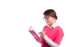 De bedrijfsvrouw met een agenda schrijft in een agenda Stock Afbeelding