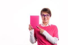 De bedrijfsvrouw met een agenda toont een agenda Stock Afbeeldingen