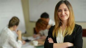 De bedrijfsvrouw met haar personeel, mensen groepeert zich binnen op achtergrond op modern helder kantoor stock footage