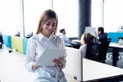 De bedrijfsvrouw met haar personeel, mensen groepeert zich binnen op achtergrond op modern helder kantoor royalty-vrije stock fotografie