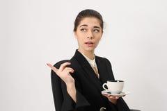 De bedrijfsvrouw met koffiekop toont een kant finge royalty-vrije stock fotografie