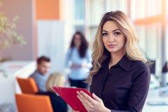 De bedrijfsvrouw met omslagen status en team koppelt het werken in vergaderzaal op kantoor stock afbeelding