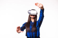 De bedrijfsvrouw organiseert werkschema door virtuele werkelijkheid VR het apparaat van hoofdtelefoonglazen op witte wit geïsolee royalty-vrije stock fotografie