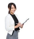 De bedrijfsvrouw schrijft op klembord Royalty-vrije Stock Afbeelding