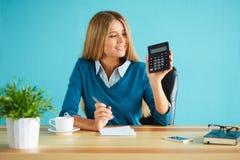 De bedrijfsvrouw toont calculator Royalty-vrije Stock Afbeeldingen