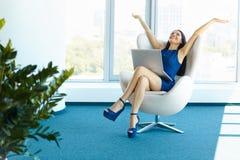 De bedrijfsvrouw viert succesvolle overeenkomst op kantoor Zaken P Stock Afbeeldingen