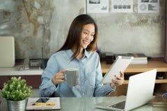 De bedrijfsvrouw werkt met een tablet Stock Afbeelding