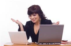 De bedrijfsvrouw zit voor computer Royalty-vrije Stock Afbeelding