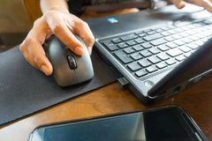 De bedrijfsvrouwen overhandigen het werken met laptop Royalty-vrije Stock Fotografie
