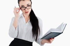 De bedrijfsvrouwenholding dient dagelijks in, geïsoleerd op witte backgro Stock Foto