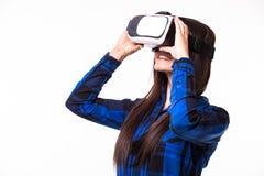 De bedrijfsvrouwenmededeling en kijkt door virtuele werkelijkheid VR het apparaat van hoofdtelefoonglazen op wit geïsoleerde acht royalty-vrije stock foto's