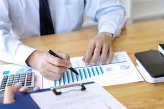 de bedrijfszakenman in vergadering analyseert grafiekgraphy stock afbeelding