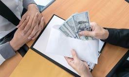 De bedrijfwerknemers zijn corrupt door geld aan de het personeelsafdeling van het bedrijf te brengen geweest Om hem toe te staan royalty-vrije stock afbeeldingen