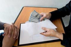 De bedrijfwerknemers zijn corrupt door geld aan de het personeelsafdeling van het bedrijf te brengen geweest Om hem toe te staan stock foto's