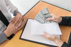 De bedrijfwerknemers zijn corrupt door geld aan de het personeelsafdeling van het bedrijf te brengen geweest Om hem toe te staan stock afbeelding