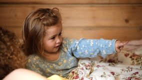 De bedtijd van het familieverhaal Vrij jonge moeder die s-nachtverhaal teling aan haar jong geitje stock video