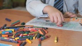 De beelden die van de kindtekening krijt en potloden gebruiken stock footage