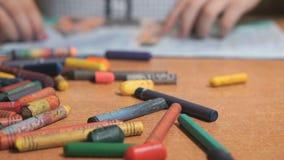De beelden die van de kindtekening krijt en potloden gebruiken stock videobeelden