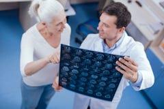 De beelden die van röntgenstraalhersenen door een professionele arts worden gehouden royalty-vrije stock afbeelding