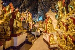 De beelden van Boedha binnen de Pagode Paya, Myanmar van Shwe Umin Stock Foto