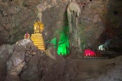 De beelden van Boedha in het Hol van Khao Luang Stock Foto