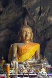 De beelden van Boedha in het Hol van Khao Luang De niet Engelse teksten betekenen de vereringswoorden Royalty-vrije Stock Afbeelding