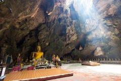 De beelden van Boedha in het Hol van Khao Luang De niet Engelse teksten betekenen de vereringswoorden Stock Foto