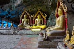 De beelden van Boedha in het Hol van Khao Luang, Phetchaburi-provincie, Thailand Royalty-vrije Stock Foto's