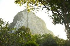 De beelden van Boedha op de rots thailand Royalty-vrije Stock Afbeelding